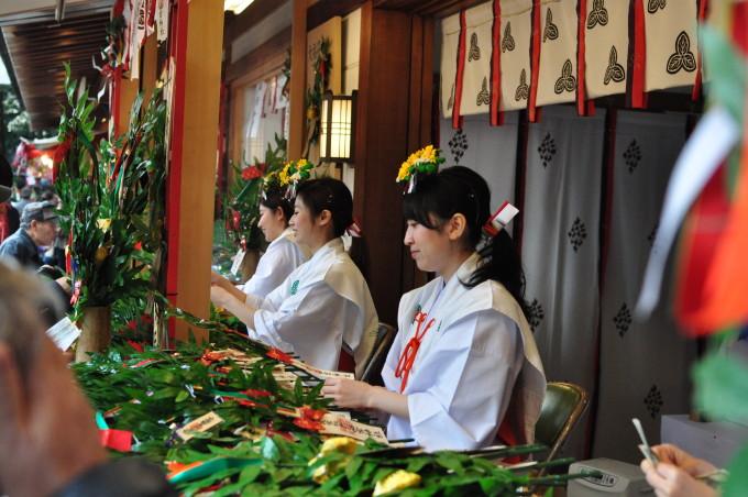 2016西宮十日戎福笹を販売する巫女さん