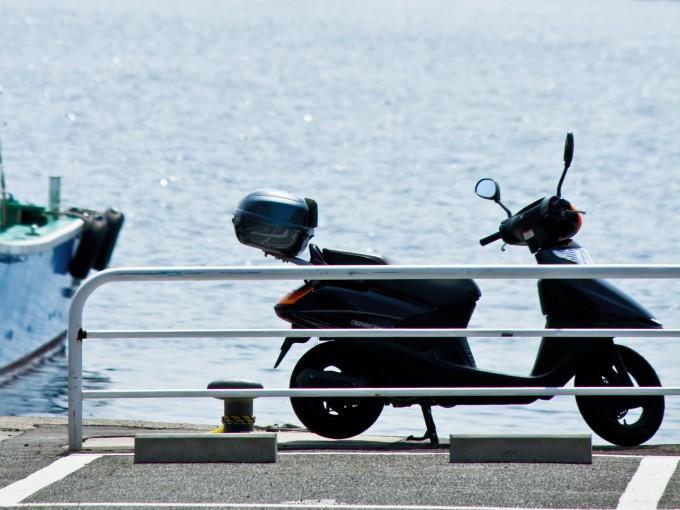 埠頭のバイク