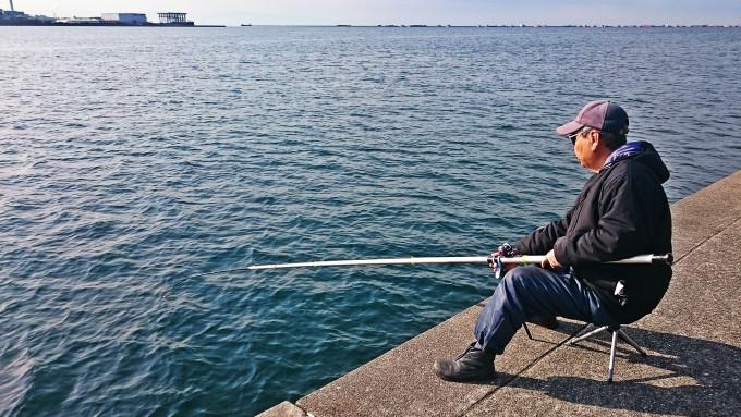 甲子園浜東面のボラ掛け釣りをするおっちゃん