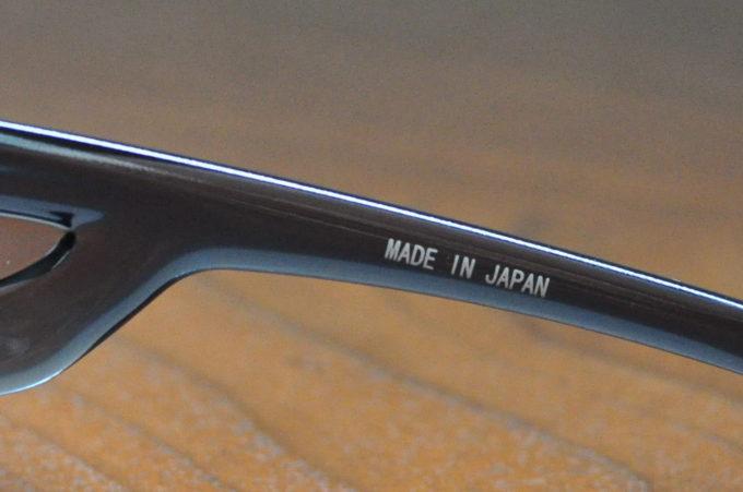 HOLBEIN x SWANS共同開発のメガネの上からかけられるスケッチ用偏光サングラスSG712