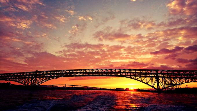 大阪南港港大橋と朝焼け